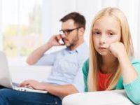 استفاده بیش از حد والدین از موبایل به خانواده لطمه میزند