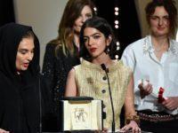 سولماز پناهی از طرف پدرش جعفر پناهی جایزه بهترین فیلمنامه جشنواره کن را دریافت کرد